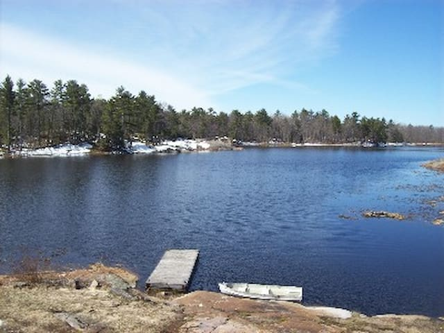 8 Acre 2200 S/F  Waterfront Cottage Sleeps 12,WiFi - Honey Harbour - Casa