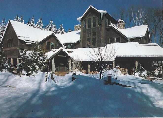 Adirondack Lodge - comfy room w/loft - Waterbury - Maison