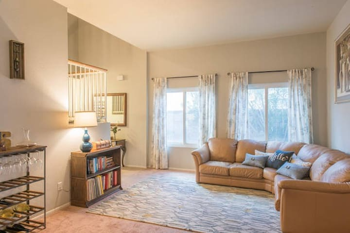 Twain St. Charm: Queen Bed & Bath W/Extras by I-10 - Tucson - Hus