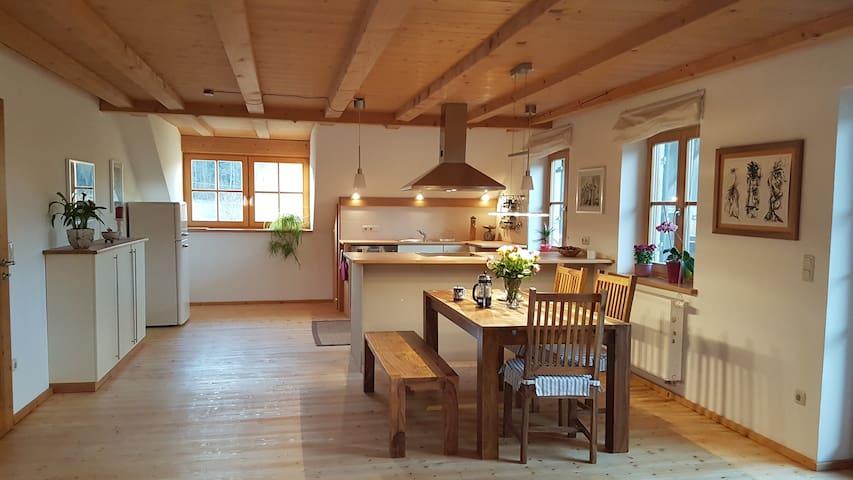 Dachwohnung mit Balkon in idyllischem Weiler - Raisting - Appartement