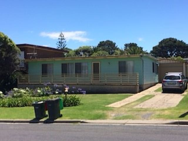 Classic 1960s house one block to Beares Beach - Bermagui - Hus