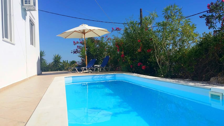 Kournas Villa with pool, 4 bedrooms and seaview - Kournas - Huis