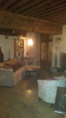 Appartement face aux halles de Crémieu - Crémieu