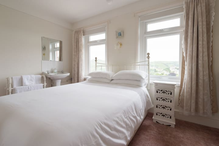 Light Double Room with a great view - Ilfracombe