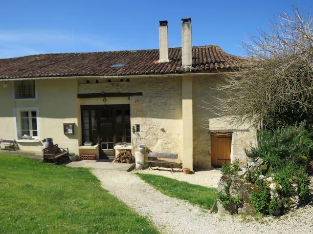 Gorgeous farmhouse with pool - La Rochebeaucourt-et-Argentine - Huis