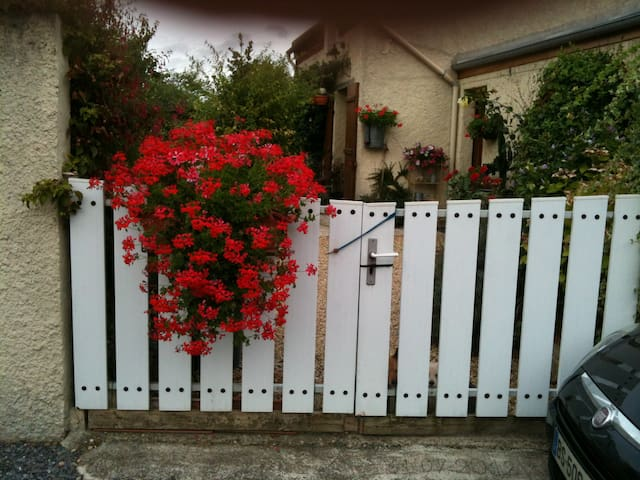 Chambre douillette à la campagne, jardin fleuri. - Remies - Hus