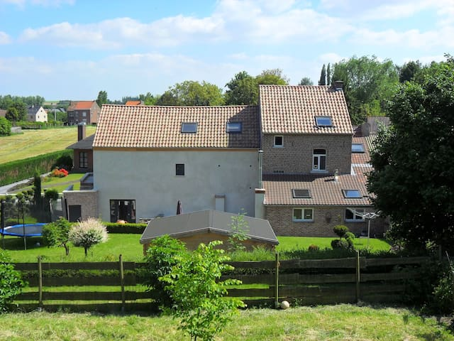 Beautiful house in the countryside with big garden - Hélécine - Hus