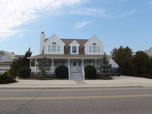 LBI Oceanside~Walk to Beach & Private Tennis Court - Long Beach Township - Casa