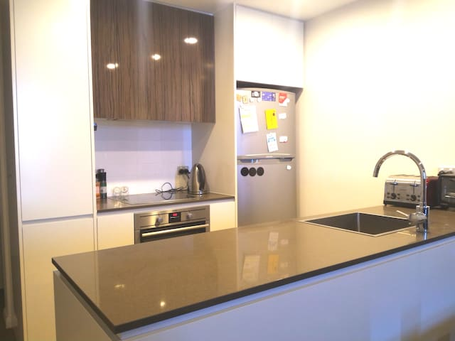 1BR modern apartment 8 mins away from the city - Barton
