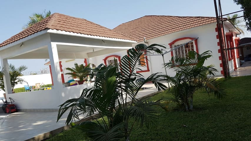 A very spacious and beautiful villa with a pool. - Yundum - Huis