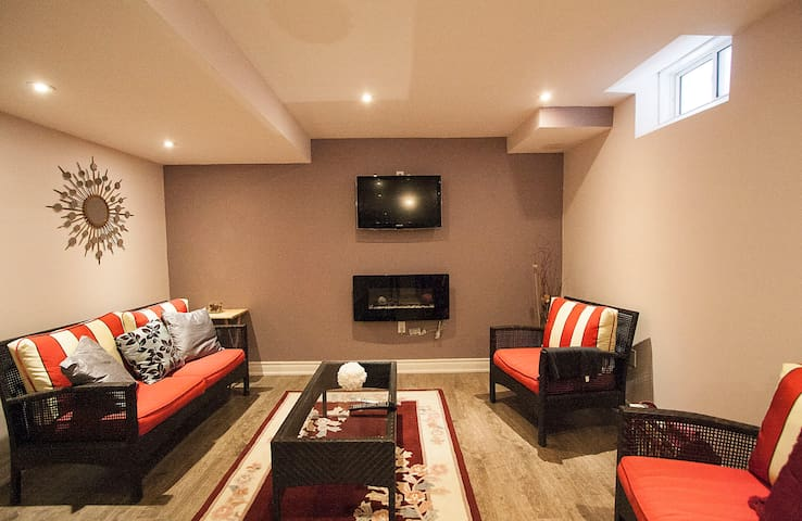 Gorgeous furnished private living space in Oshawa - Oshawa - Rumah