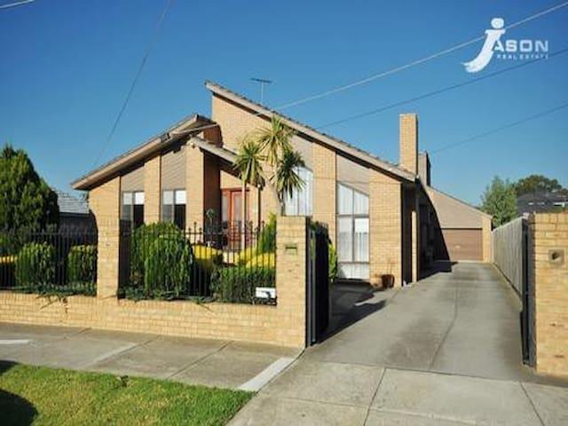 Private bedroom with aircon,free to airport - Tullamarine - Hus
