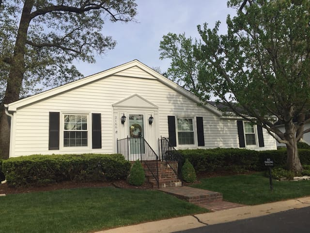 Cape Cod Cottage with private room - St. Louis - Hus