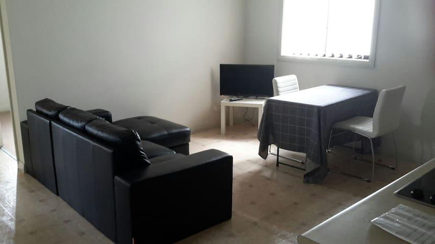Cosy 2 Bedroom Unit - West Hoxton - Huoneisto