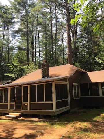 Quaint 3br Up-To-Date Adirondack Cottage - Lake Luzerne - Cabaña