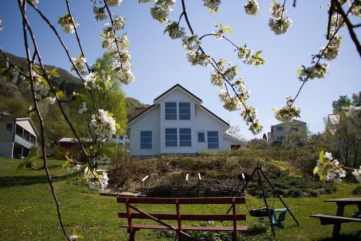 House and apartment near the sea. - Skånevik