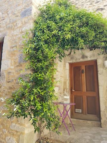 Maison de village tout en pierre - Saint-Montan - Rekkehus
