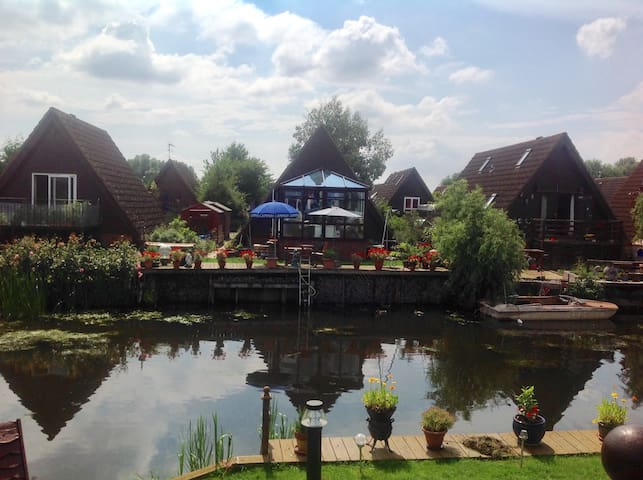 Delightful lodge on river marina, fully-furnished - Ely - Huis