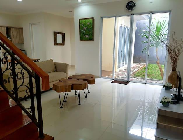 Cozy home w/ wifi for family at BSD - Tangerang - Pagedangan - Huis