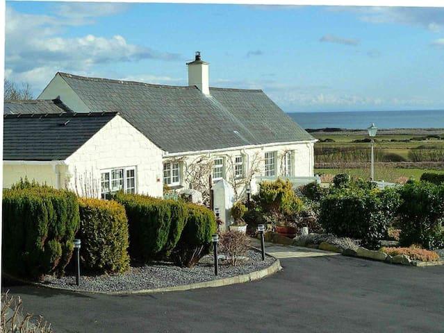 Gorwel Holiday Cottage with Hot Tub - Pwllheli