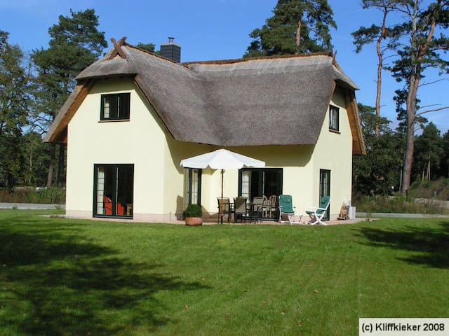 Reet-gedecktes Ferienhaus am Haff - Zirchow - Hus