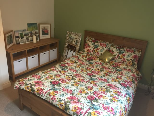 Centrally Located Private Room and Bathroom - Durham - Casa