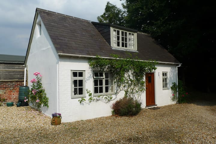Charming cottage in the grounds of our family home - East Martin - Hus