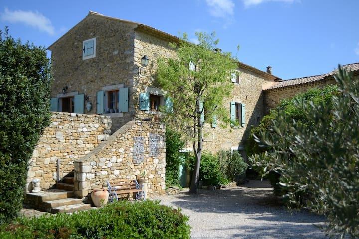 Beautiful stone house with fabulous views. (Gard) - Salazac - Huis