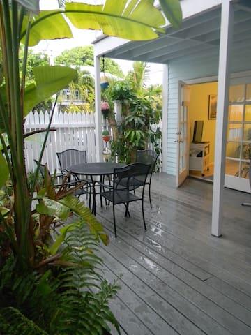 Truman Annex Shipyard with Tropical Garden - Key West - Apartamento