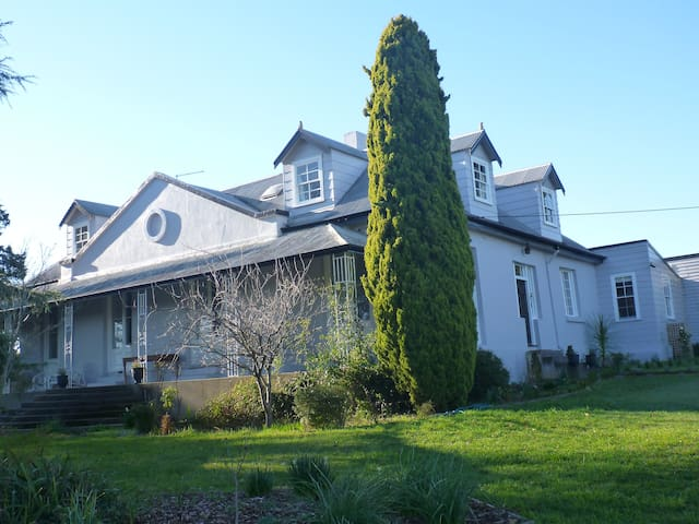 The Cedars, large heritage home and garden - Newnham - Casa