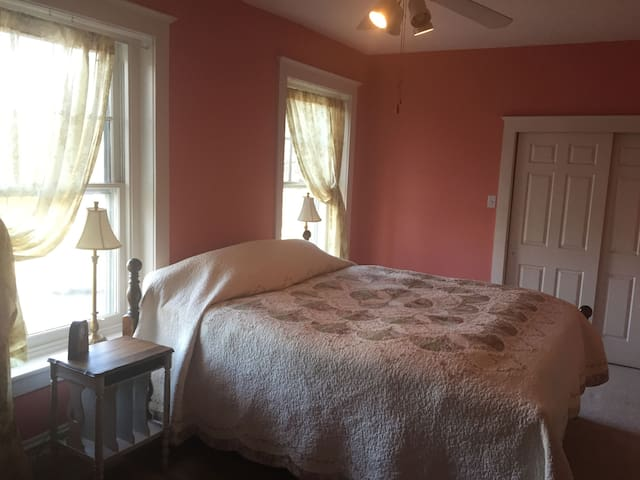 Large Room, King Bed, 100 yr old Victorian House - Bethlehem