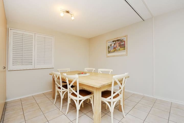 20 steps to the sand! Beachfront unit Mooloolaba! - Mooloolaba, Queensland, AU - Appartement