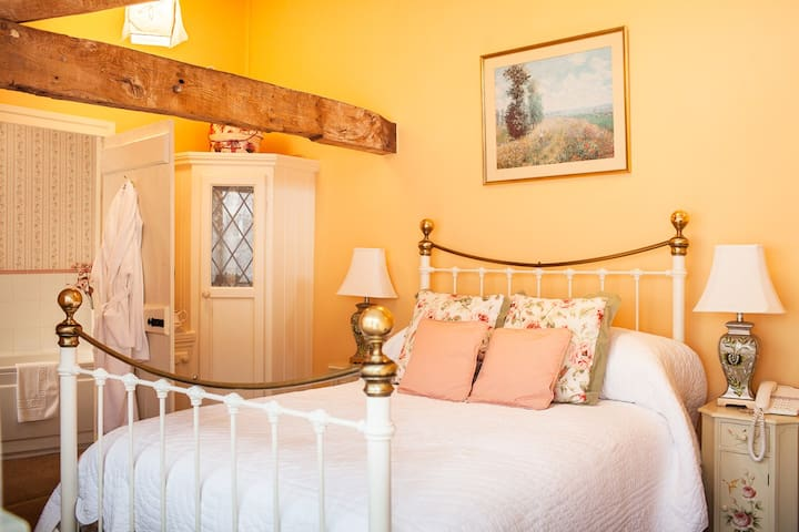Courtyard Room B&B - Private Access - Bed & Breakfast