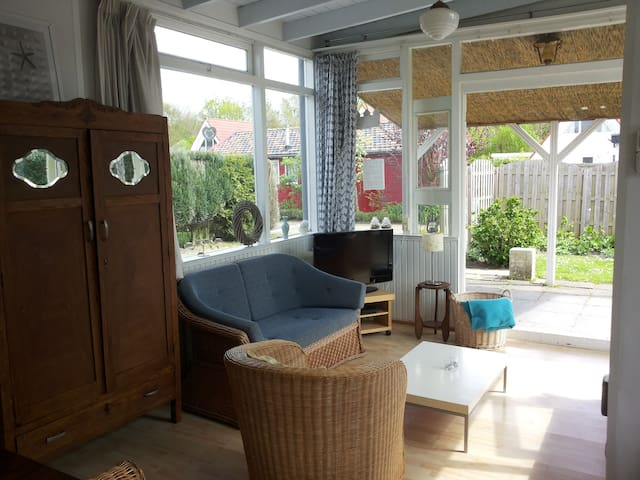 Charming cottage nearby the sea - Oostkapelle - Cabaña