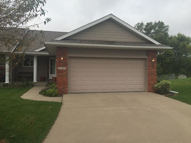 Private home with big outdoor space - North Liberty - Maison