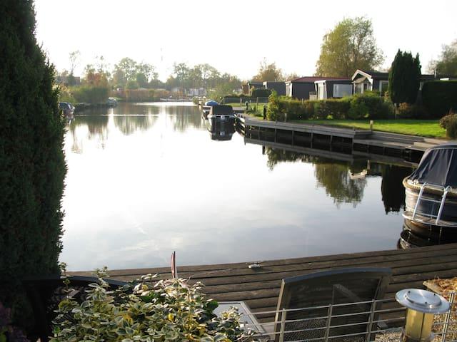 Chalet aan het water in Friesland. - Earnewâld - Chalé