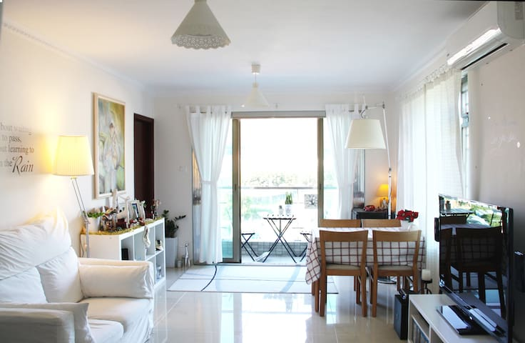 Bright Modern Flat in Village with Balcony & Roof - Apartament