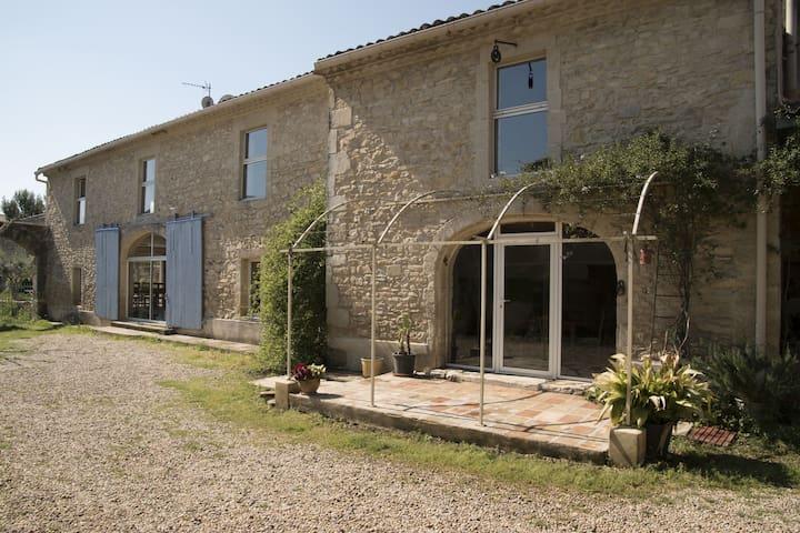 Charmante maison avec jardin au coeur du village - Uchaud - Hus