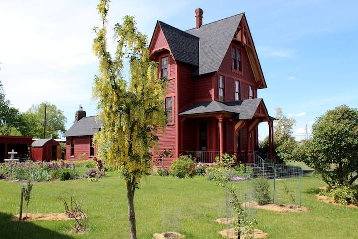 Charming and Eclectic Historic Red House - Goldendale - Dom