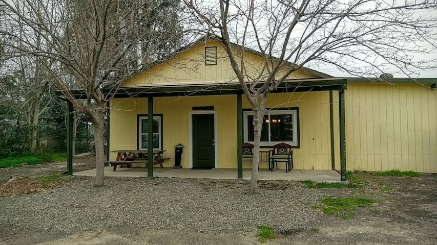 Come relax & unwind at our cozy country home! - Vacaville - Domek gościnny