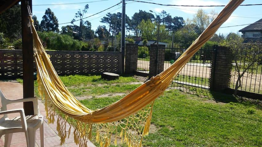 Habitación en casa c/piscina y cerca de la playa - Ciudad de la Costa - Huis