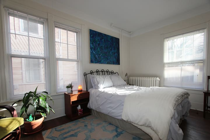 Church St location - Stylish private studio!! - Burlington - Huoneisto