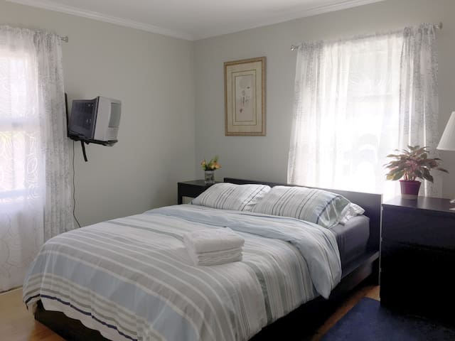 Sunny Corner Room - Granville - Ev