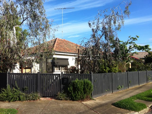 Family home with beautiful garden - North Geelong - Casa