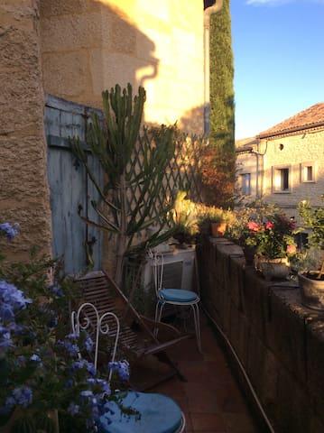 Charme des vieilles pierres dans maison du xvIIIem - Castillon-du-Gard - Huis