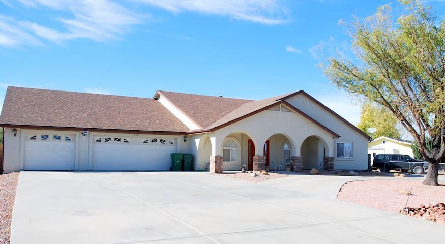 Spacious 3,200 sq.ft. custom home is very special! - Prescott Valley - Casa