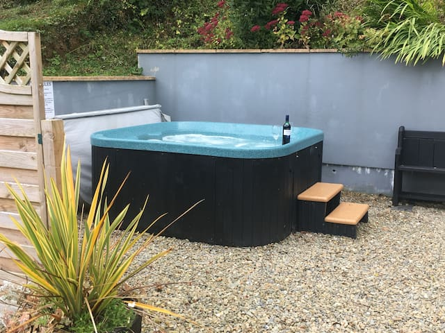 Cosy Retreat with relaxing hottub and bikes! - Cenarth - Konukevi