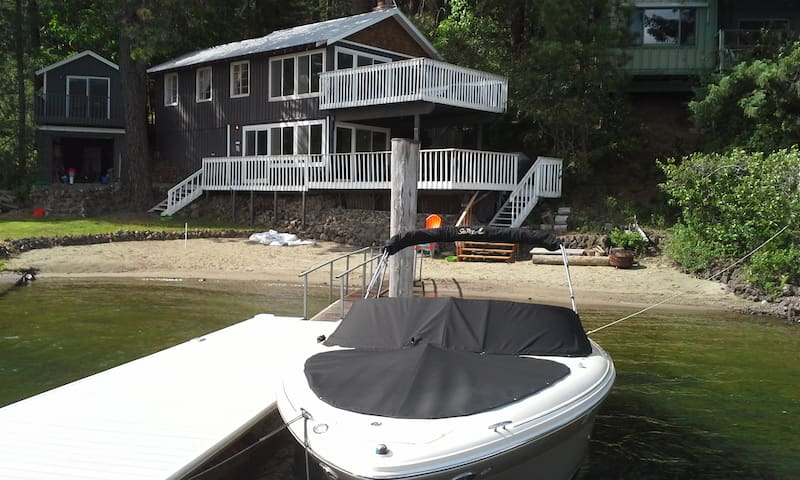 Waterfront lake cabin 60 ft sandy beach and dock - Worley
