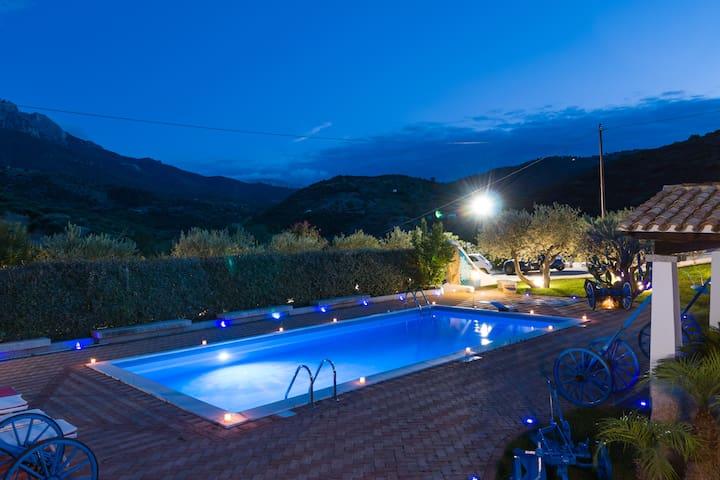 Villa Rosa max privacy pool, jacuzzi and wifi. - Oliena - Villa