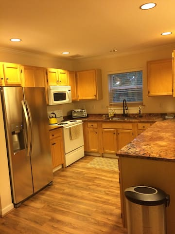 Clean, spacious townhouse in South Burlington - サウスバーリントン - タウンハウス